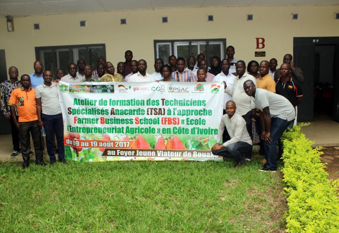 © Autre presse par DR  Anacarde : 31 Techniciens TSA formés à l'approche Farmer Business School Dans le cadre de la mise en œuvre de la politique de développement de la filière anacarde, à l'initiative du Conseil du Coton et de l'Anacarde, en collaboration avec ses partenaires techniques et financiers que sont le FIRCA, l'ANADER, le PSAC, la GIZ/COMCASHEW/PROFIAB, s'ouvre du 09 au 19 août 2017 au foyer Jeune Viateur de Bouaké, un Atelier dont l'objectif est de former une trentaine de Techniciens Spécialisés Anacarde (TSA) à l'approche Farmer Business School (FBS) ou « Ecole d'Entrepreneuriat Agricole » en Côte d'Ivoire, en vue de sa vulgarisation dans la filière anacarde.