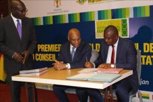 Le ministre guinéen du Commerce signant l'acte d'adhésion de son pays au CICC